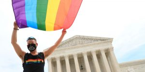 La Corte Suprema de EU golpea 2 veces a Trump el mismo día: garantiza los derechos de los trabajadores LGBT+ y avala las leyes «santuario» en California