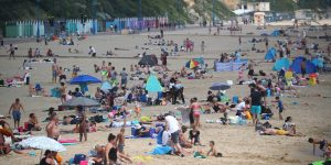 Inglaterra levantó el confinamiento y lo primero que hizo la gente fue… abarrotar las playas