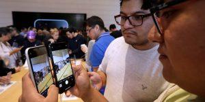 Apple dejará de incluir enchufes y audífonos con sus próximos iPhone para reducir costos, de acuerdo con un analista