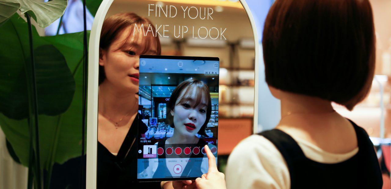 Este espejo de realidad aumentada permite probarte el maquillaje sin tocar tu cara   Business Insider Mexico