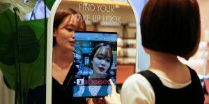 Este espejo de «realidad aumentada» de Corea del Sur te permite probar cosméticos sin tocar tu rostro