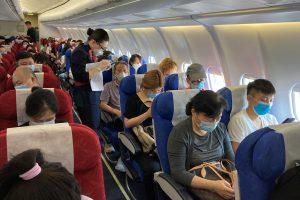 Esto es todo lo que no debes hacer a bordo de un avión, y mucho menos en tiempos de coronavirus, según sobrecargos