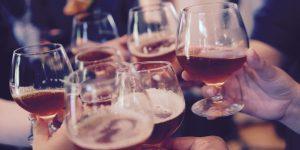 Ir a beber a un bar es una de las cosas más peligrosas que puedes hacer con el coronavirus