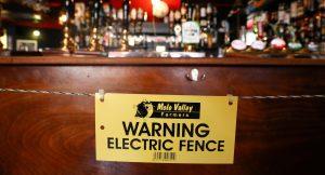 Un bar inglés instala una valla eléctrica en la barra para que los clientes mantengan su sana distancia