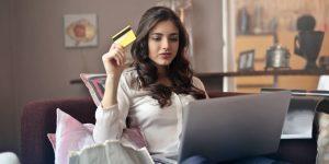 ¿En busca de tu primera tarjeta de crédito? Te presentamos 3 plásticos para universitarios