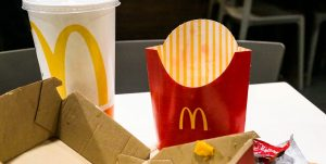 Los envases de McDonald's, Burger King y otros gigantes de la comida rápida contienen sustancias químicas tóxicas