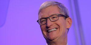 Tim Cook acaba de convertirse oficialmente en multimillonario — y así es como el CEO de Apple gasta su fortuna
