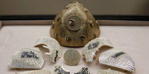 La mascarilla más cara en el mundo cuesta 1.5 millón de dólares — está hecha de oro y diamantes blancos y negros