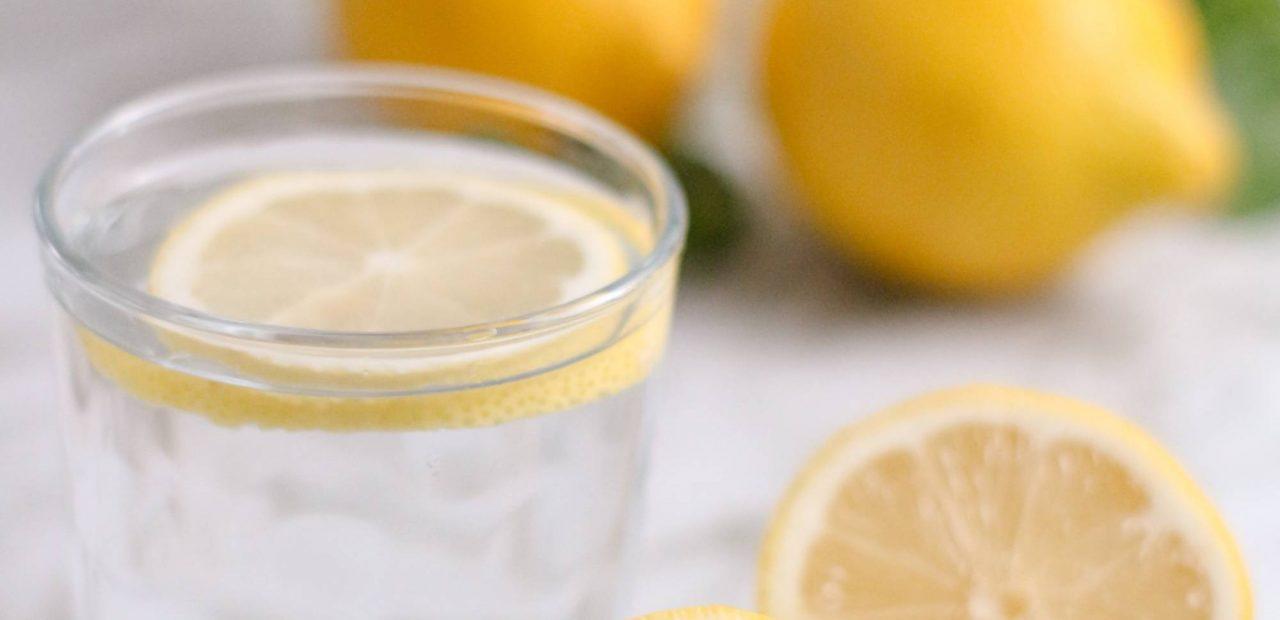 agua caliente con limón