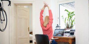 Esta es la mejor manera de trabajar de manera cómoda y segura desde casa sin gastar dinero, según un experto en ergonomía