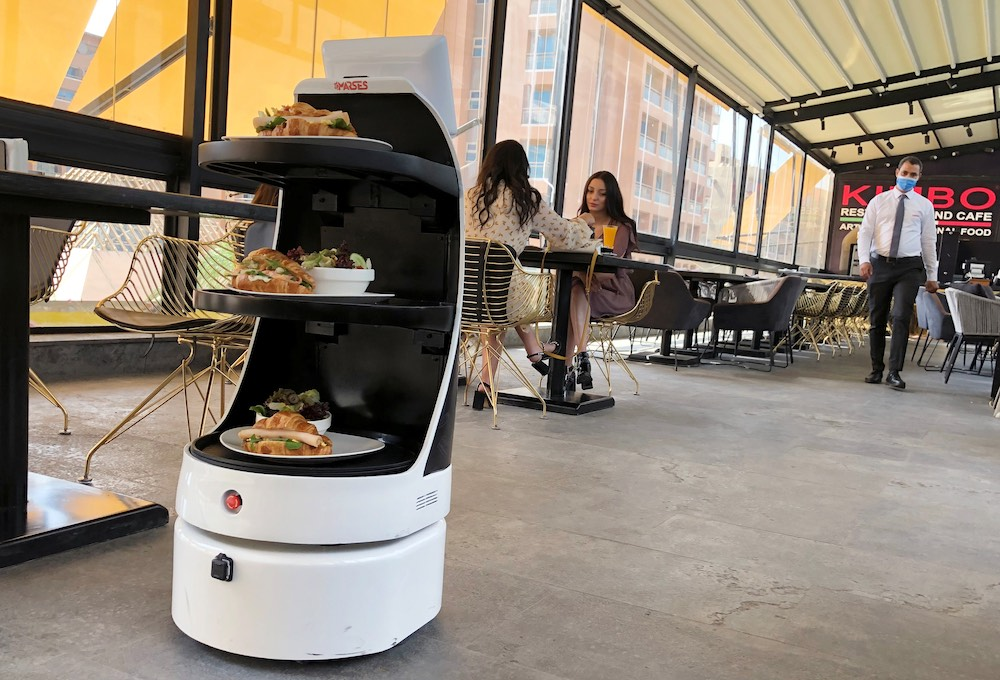 Robot con empleo de camarero | Business Insider Mexico