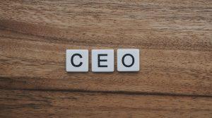 Un cazatalentos que ha colocado a más de 100 ejecutivos en grandes compañías comparte las 3 características clave que busca en candidatos a CEO