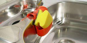 Hay más gérmenes en la cocina que en el baño y tu estropajo es el culpable de ello: una experta en seguridad alimentaria explica cómo debes desinfectarlo para reducir riesgos
