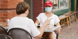 7 errores comunes a la hora de comer al aire libre durante la pandemia del coronavirus, según trabajadores de restaurantes