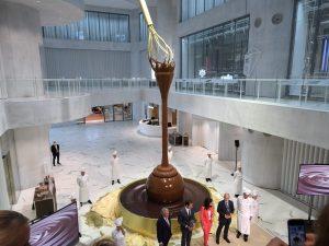 La fuente de chocolate más grande del mundo se vierte desde 9 metros de altura en un Lindor gigante en una nueva tienda Lindt en Suiza
