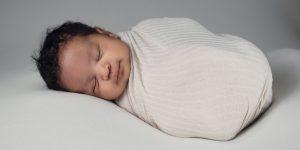 Los bebés sienten menos dolor al tener contacto directo con sus padres, según estudio