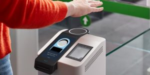 Amazon quiere que uses la palma de tu mano para pagar, identificarte o firmar: así funciona One, su nuevo servicio biométrico