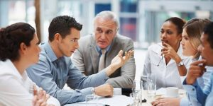Las 6 habilidades fundamentales que necesitas para ganar cualquier discusión, según el entrenador de uno de los mejores equipos de debate universitario del mundo
