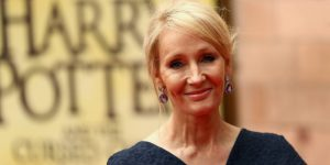 Autores británicos firman carta de apoyo a la comunidad trans, luego de que otros escritores defendieran a J.K. Rowling, acusada de ser transfóbica