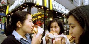 Los 19 productos que Coca-Cola, Pepsi y McDonald's inventaron para conquistar otros mercados