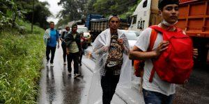 Una nueva caravana migrante se debilita, luego de que México amenazara con prisión a quienes buscan entrar en el país