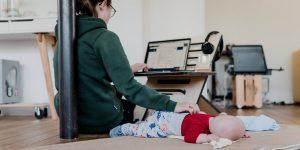 A las madres trabajadoras les afecta de manera importante la pandemia: 3 fórmulas para apoyar a los padres con empleo, según una vicepresidenta de LinkedIn