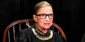 Banana Republic relanza uno de los collares más famosos de Ruth Bader Ginsburg