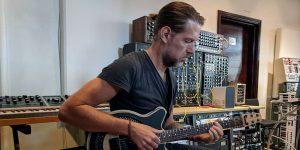 Ed O'Brien, guitarrista de Radiohead, prueba un rediseño radical de la guitarra eléctrica que permite experimentar con nuevos sonidos