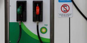 La Cofece urge a AMLO respetar la competencia en el mercado para bajar el costo de la gasolina