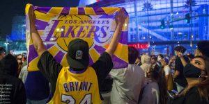 Un video muestra a fanáticos de los Lakers atacando a un hombre que aparentemente insultó a Kobe Bryant, durante la celebración del título de la NBA en Los Ángeles