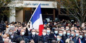 Estudiantes rinden homenaje al profesor francés asesinado tras dar una clase sobre la libertad de expresión con imágenes de Charlie Hebdo