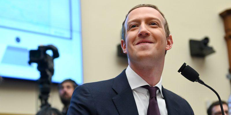 Mark Zuckerberg aprobó un cambio en el algoritmo de Facebook que redujo el tráfico a sitios de izquierda —uno denuncia que le costó cientos de miles de dólares