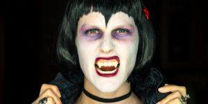 Usuarios de TikTok están usando pegamento industrial para ponerse colmillos de vampiro —los dentistas no están contentos