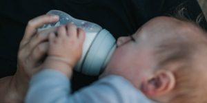 Los bebés alimentados con biberón podrían estar ingiriendo más de 1 millón de microplásticos al día