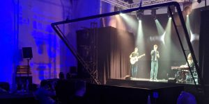 Un grupo de músicos utiliza una técnica de ilusión de 1860 para cantar frente a la audiencia como un holograma