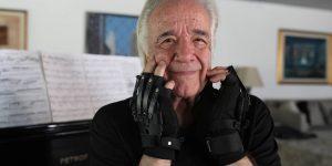Este pianista brasileño de 80 años usa guantes biónicos para seguir tocando música