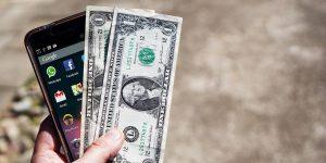 Comprar dólares o invertir en dólares, ¿cuál es la mejor opción? Dos expertos te explican