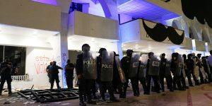 Policías dispersan a balazos protesta feminista en Cancún, quienes se manifestaban para exigir justicia por el asesinato de una joven