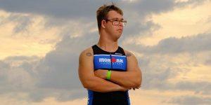 Chris Nikic hace historia al convertirse en el primer atleta con síndrome de Down que completa un triatlón Ironman