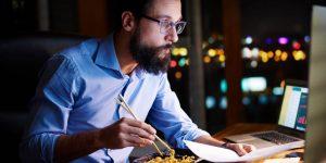 Comer tarde en la noche no causa aumento de peso, según estudio