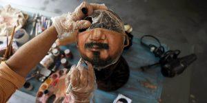 Este artista pinta cubrebocas con tu rostro para que muestres tu belleza en tiempos de pandemia