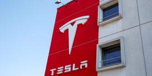 Tesla supuestamente robó al jefe de fábrica de Mercedes -Benz en Berlín —el sindicato más grande del país no está contento con eso