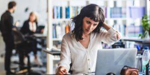 """Cómo la """"positividad tóxica"""" en el trabajo puede dañar tu salud mental —y qué puedes hacer al respecto"""