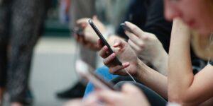 Cómo tomar un descanso de las redes sociales y por qué es tan importante, según expertos en salud mental