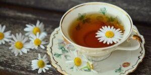 Conoce 4 beneficios para la salud de beber té de manzanilla, incluidos un mejor sueño y alivio de la ansiedad