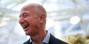 """Mientras que Jeff Bezos gasta miles de millones de dólares en su """"Fondo para la Tierra"""", Amazon está monitoreando a los grupos de cambio climático, incluida Greta Thunberg, como amenazas potenciales"""