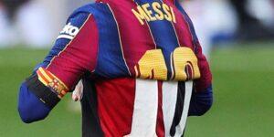 Lionel Messi homenajea a Diego Armando Maradona celebrando un gol con la camiseta del Newell's Old Boys