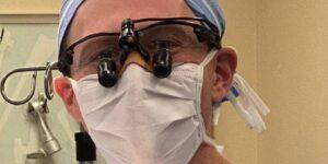 Un cirujano muestra cómo usa un curita para evitar que el cubrebocas empañe sus lentes
