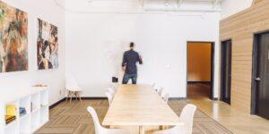 El futuro del trabajo serán las «oficinas on demand» donde los empleados pueden reservar un escritorio, según ejecutivo de Amazon