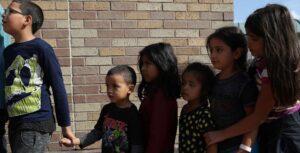 El gobierno de Estados Unidos aún no puede encontrar a los padres de 628 niños migrantes, dice la administración de Trump en un nuevo documento judicial